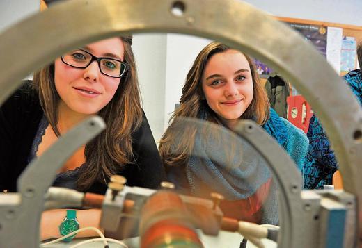 Nikola Schieding und Wiebke Langenhan (v.l.) aus der 9 a demonstrierten im Physikraum die Funktionsweise von Gleichstrommotor und Generator. Foto: frankphoto.de